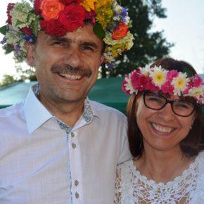 Kwiat Peruna odkryty, a Panie wyplatające wianki obdarowane